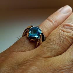 """""""Dévoilement"""", Bague d'Artisan d'Art bijoutier, Topaze bleue. Cire perdue, Art de la taille directe"""