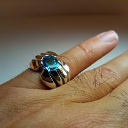 """""""Lac Suspendu"""", Bague d'Artisan d'Art bijoutier, Topaze bleue. Cire perdue, Art de la taille directe"""