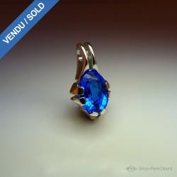 """Reflets d'Océan"", Artisan Art Jewelery Pendant, 16.7 Carat Blue Quartz. Lost wax, Direct carving art"