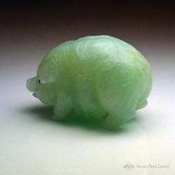 """""""Abondance"""" Cochon en Jade de Chine. Sculpture en pierre fine. Art du lapidaire et de la glyptique. Vue latérale"""