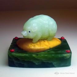 """""""Abondance"""" Cochon en Jade de Chine, Ambre et Jade de Sibérie. Sculpture de pierres fines. Glyptique. Vue de face"""