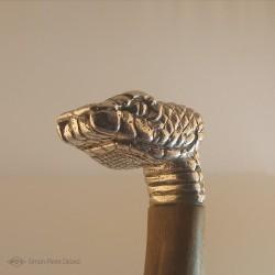"""""""Reptile Primordial"""" Couteau. Vue du Pommeau tête de serpent en Argentium. Vue latérale"""