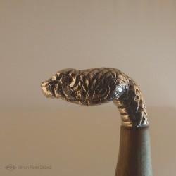 """""""Reptile Primordial"""" Couteau. Vue du Pommeau tête de serpent en Argentium. Vue de côté"""