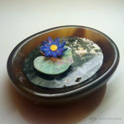 """""""Le Lotus Bleu"""" Lapis Lazuli, Fuchsite, Agate et Ambre jaune. Artisan lapidaire et glypticien. Art de la Glyptique."""