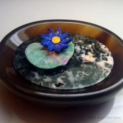 """""""Le Nénuphar Bleu"""" Lapis Lazuli, Fuchsite, Agate et Ambre jaune. Artisan lapidaire et glypticien. Art de la Glyptique"""