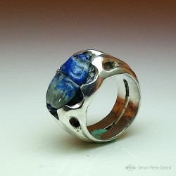 """Blue Scarab"", Ring in Argentium and Lapis-lazuli, High Jewelry. Lapidary craftsman and glyptician. Art of Glyptics."
