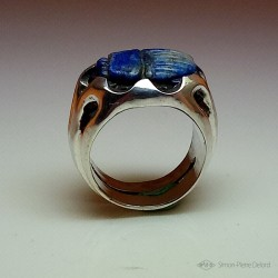 """Blue Scarab"", Ring in Argentium and Lapis-lazuli, High Jewelry. lateral view"