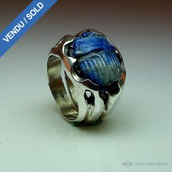 """Blue Scarab"", Ring in Argentium and Lapis-lazuli, High Jewelry. Side view"