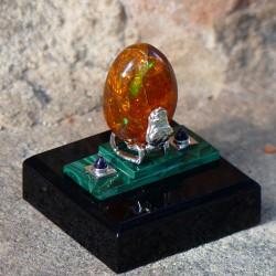 """""""Oeuf de dragon"""" Opale d'Ethiopie, malachite et améthyste. Structure en Argentium. Vue de profil"""