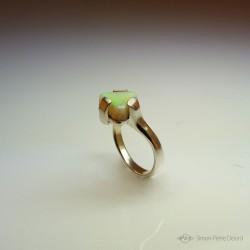 """""""Triangle d'Or"""", Bague d'Artisan d'Art Joailler, Opale d'Australie. Cire perdue, Art de la taille directe"""