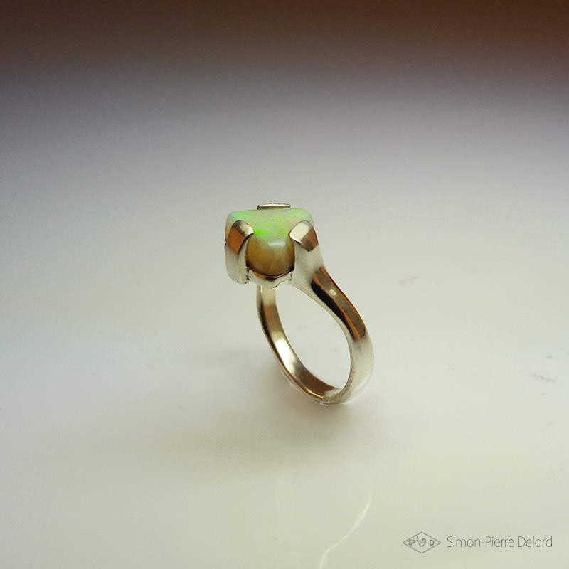 """""""Triangle d'Or"""", Bague d'Artisan d'Art Joaillier, Opale d'Australie. Cire perdue, Art de la taille directe"""