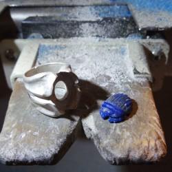 """""""Protection Céleste"""", Bague d'Artisan d'Art Joaillier, Scarabée en Lapis lazuli. Cire perdue, Art de la taille directe"""