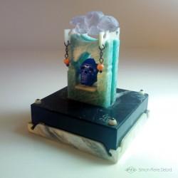 """""""Memento Mori"""" Lapis Lazuli, Amazonite, Nacre, Corail et Améthiste. Vue en perspective gauche"""