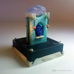 """""""Memento Mori"""" Lapis Lazuli, Amazonite, Nacre, Corail et Améthyste. Vue en perspective droite"""