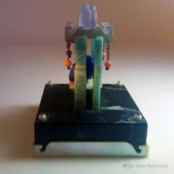 """""""Memento Mori"""" Lapis Lazuli, Amazonite, Nacre, Corail et Améthyste. Vue de côté"""