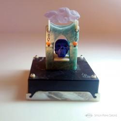 """""""Memento Mori"""" Lapis Lazuli, Amazonite, Nacre, Corail et Améthyste. Vue de face"""