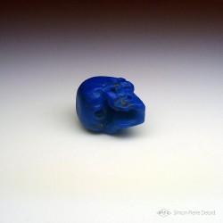 """""""Memento Mori"""" Crâne en Lapis Lazuli sculpté. Vue de dessous"""