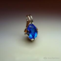 """Reflets d'Océan"", Pendentif d'Artisan d'Art Joaillier, Quartz bleu de 16.7 Carats. Cire perdue, Art de la taille directe"