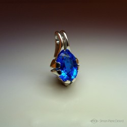 """Reflets d'Océan"", Artisan Art Jewelery Pendant, 16.7 Carat Blue Quartz. Lost wax, Direct carving art"