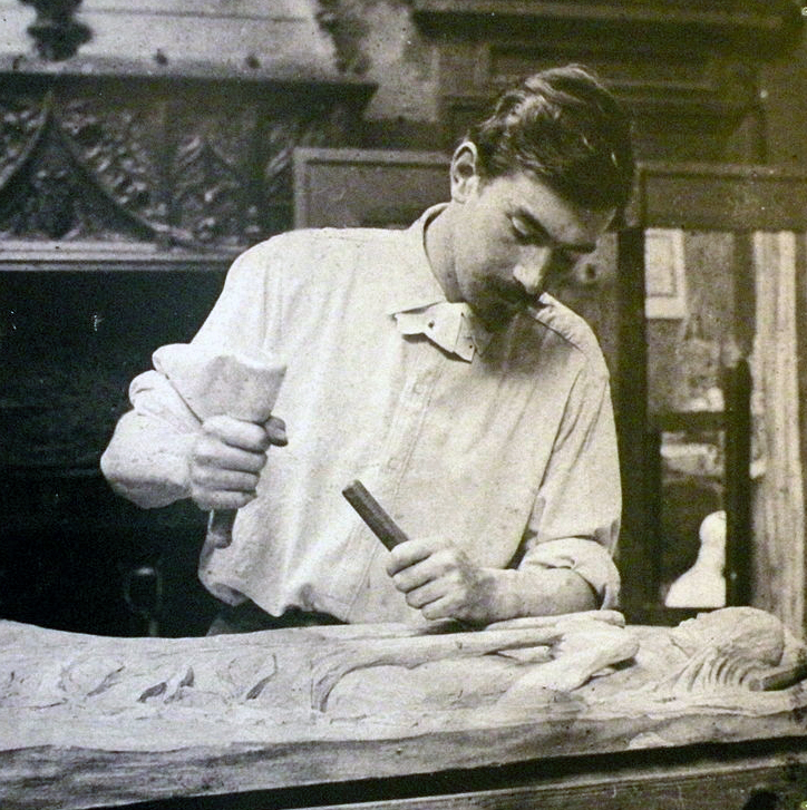 Photographiedu peintre  Nabi Georges Lacombe (1868-1916) dans son atelier en train de sculpter