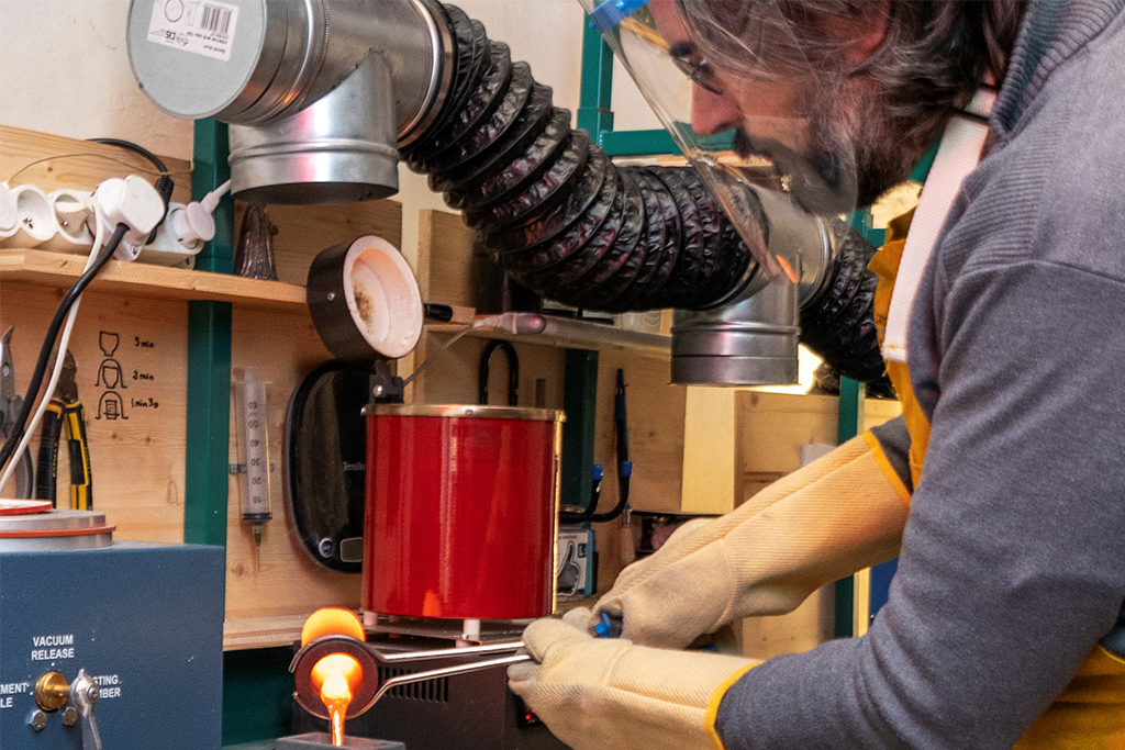 Fabrication d'un lingot, artisan d'art bijoutier - horloger, photographe Loïc Martin