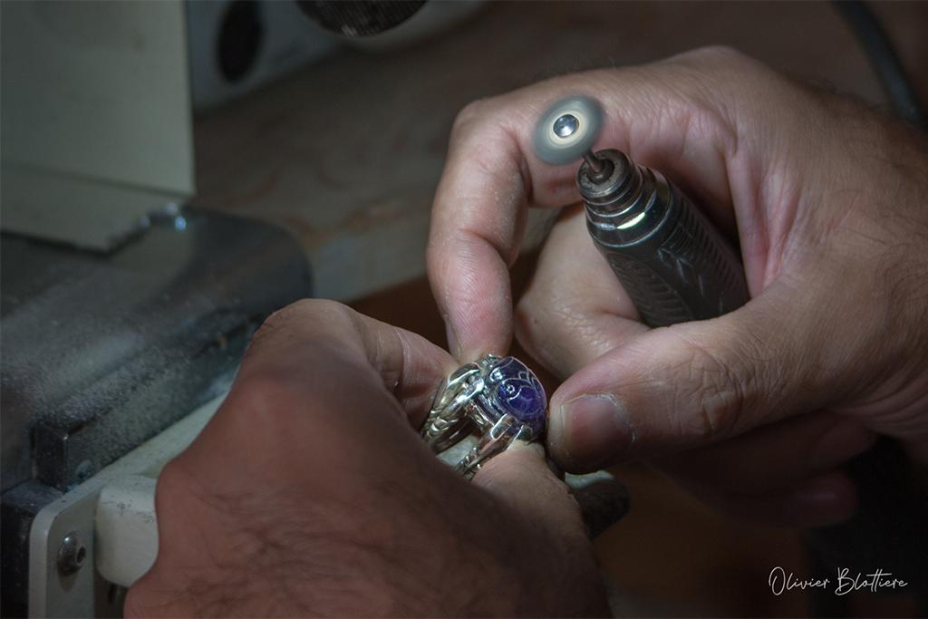 Polissage d'un scarabée en améthyste, artisan d'art bijoutier - horloger, photographe Olivier Blottière